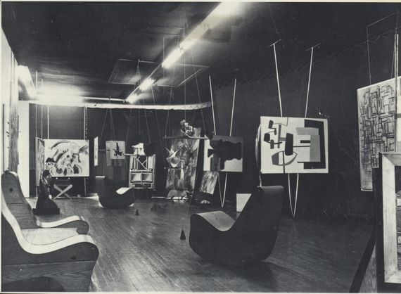foto: Art of This Century ca. 1943. Courtesy Peggy Guggenheim Collection, Venice; http://www.huffingtonpost.com/patricia-zohn/culturezohn-peggy-guggenheim-art-addict_b_8461548.html
